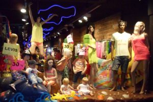 витрина магазина одежы