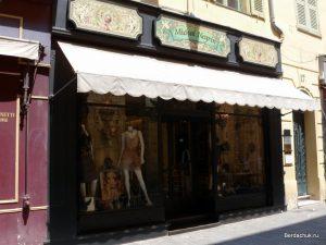 Витрина магазина одежды в Ницце