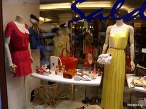Витрина дорогого магазина одежды в Венеции
