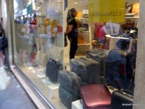Дорожные сумки в витрине