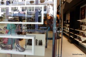 обувь и сумки в витрине