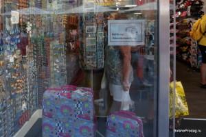 сумки в витрине