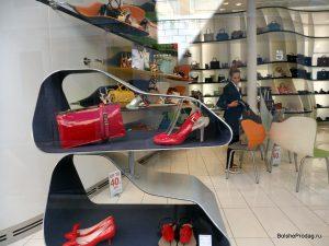 Витрина магазина обуви и сумок