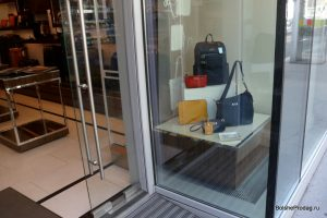 Витрина магазина сумок