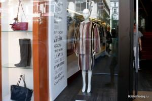 витрина магазина сумок и одежды